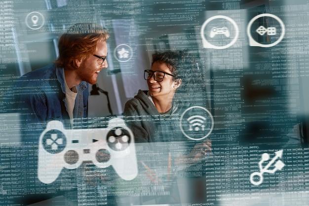 프로그래머의 팀 작업, 온라인 카지노의 새 게임 코딩. 도박 개념입니다. 젊은 남녀가 게임에서 사용자 행동을 분석하고 있습니다.