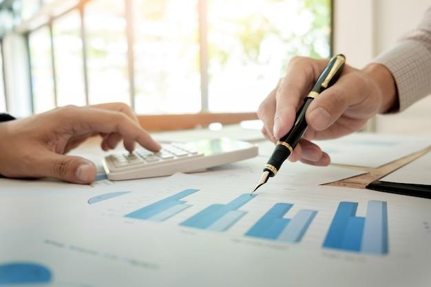 チームワークプロセス。若いビジネスマネージャーの乗組員が新しいスタートアッププロジェクトで働いています。木製テーブル上のノートパソコン、キーボードの入力、メッセージのメッセージ、グラフプランの分析
