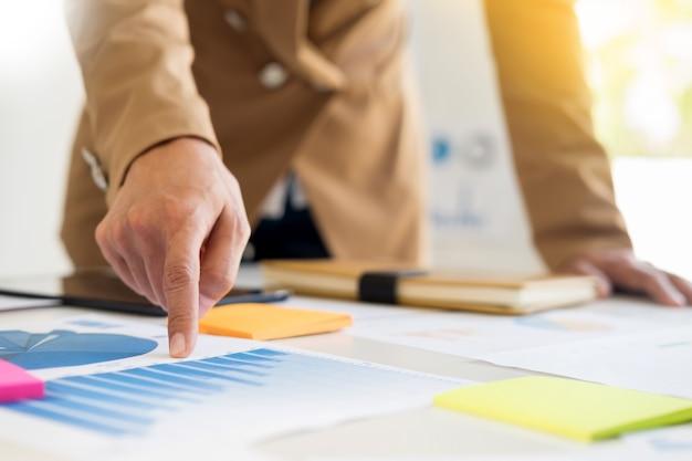 チームワークプロセス。新スタートアッププロジェクトを手掛けている若手ビジネスマネージャーのクルー