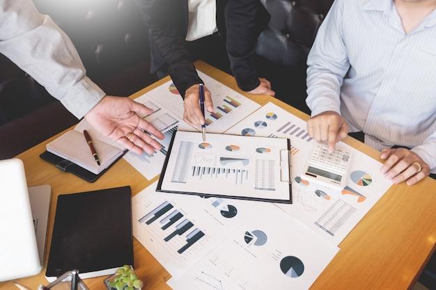 チームワークプロセス。若いビジネスマネージャーの乗組員が新しいスタートアッププロジェクトを手がけています。