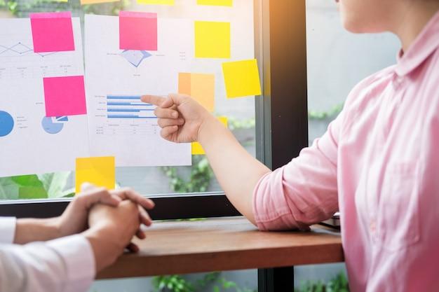 チームワークプロセス。スタートアッププロジェクトで働く若いビジネスマネージャー。グラフプランとプレゼンテーションを分析する。