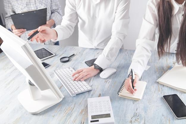 Команда, работающая в офисе. офисное рабочее место