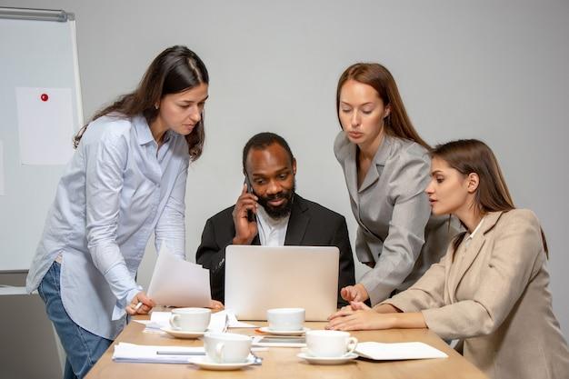 Команда. молодые люди разговаривают, работают в режиме видеоконференции с коллегами, коллегами в офисе или гостиной. интернет-бизнес, обучение при утеплении, карантин. работа, финансы, техническая концепция.