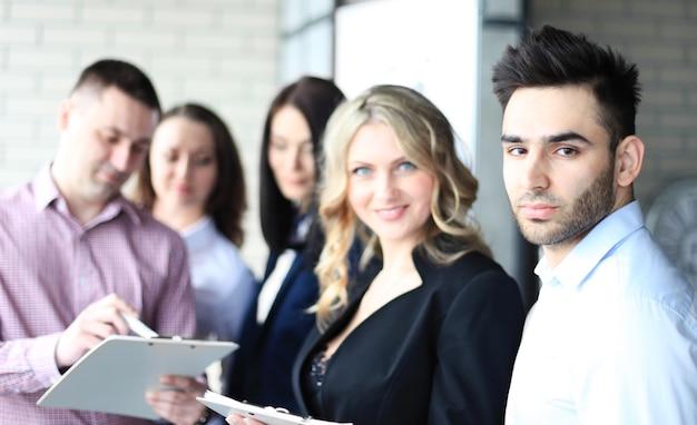 オフィスでカジュアルな議論をしている若い専門家のチーム。休憩中に友好的な議論をしている幹部。