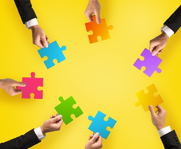 チームワークとパズルのピースとの統合の概念。