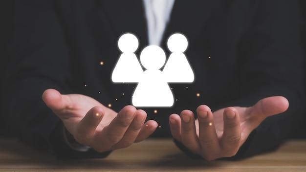 팀웍 비즈니스 개념입니다. 사업가는 네트워크 구조 hr - 인적 자원의 원을 보유하고 있습니다.