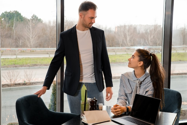 チームワーク。カフェでのパートナーの商談会。ラップトップでの作業