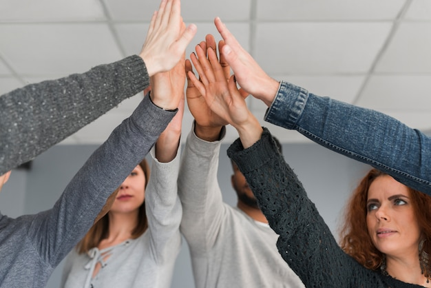 人々のグループの手でチームワークのコンセプト