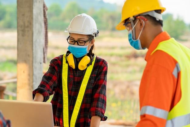 建設現場、建設中の住宅の概念のチームワーク建設労働者。