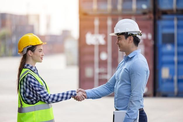 国際コンテナ会社のチームワーク協力。成功した仕事のコンセプト。