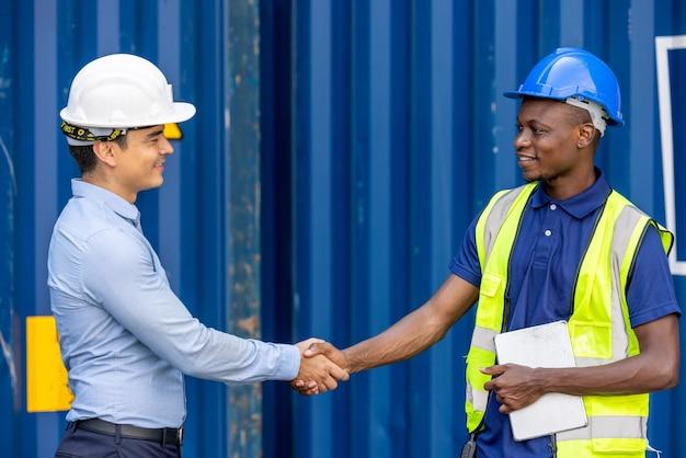 国際コンテナ多民族企業のチームワーク協力。