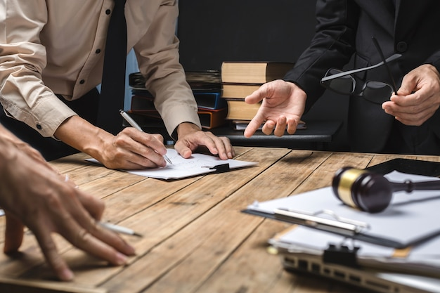 Работа в команде бизнес-юриста Premium Фотографии