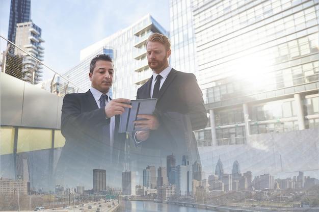オフィスビルの外のビジネスマンのチームワーク