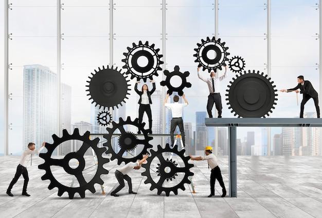 ビジネスマンのチームワークがギアのシステムに協力します
