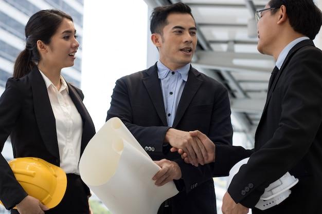 Работа в команде бизнеса и инженерные рукопожатие
