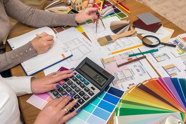 クリエイティブデザイナーのチームワーク、プロジェクトの計算