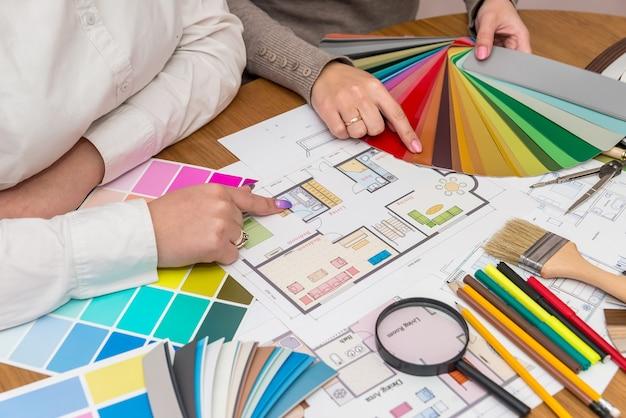 색상 팔레트로 작업하는 창의적인 디자이너의 팀워크
