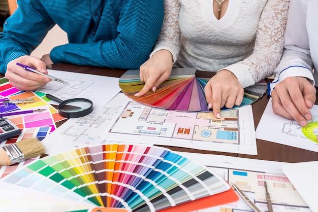 家の部屋の色を選ぶデザイナーのチームワーク