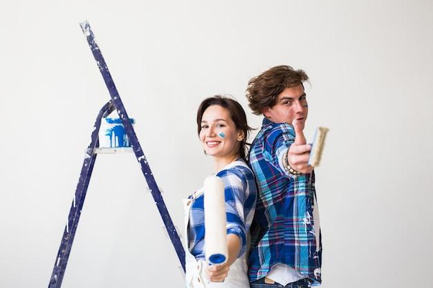 チームワーク、修理、アパートのコンセプト-自宅でリフォームをしているカップル。
