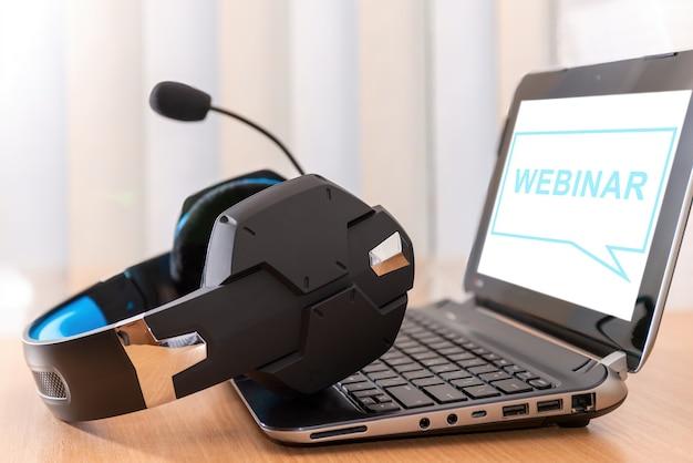 ウェビナーe-ビジネスブラウジング接続とクラウドオンラインテクノロジーのウェブキャストコンセプト、ビジネスコンセプトを備えたラップトップコンピューターを使用したチームワーク。