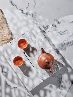 テーブルの上のティーポットとお茶のカップ