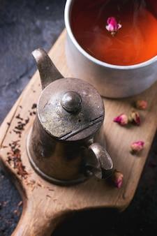 Чайник и кружка чая