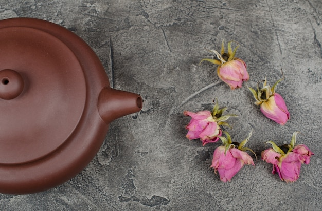 Teapot and buds of roses