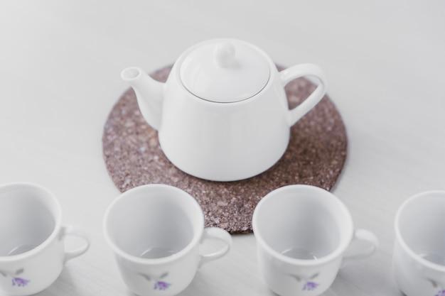 Чайник возле чашек