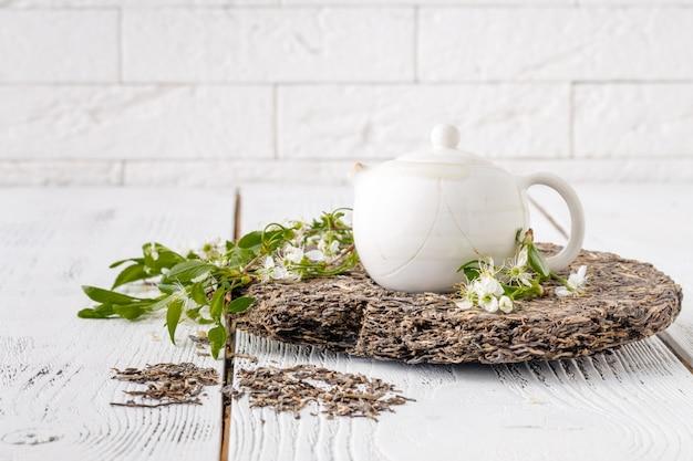 Teapot  of raw puer china tea