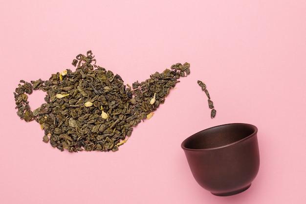 Форма чайника из сухих листьев зеленого чая с жасмином