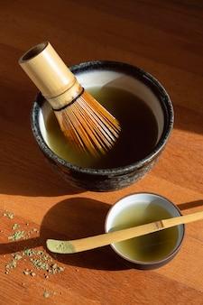 Teiera e set da tè sul vassoio in legno