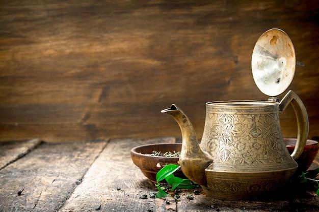 香りのよいインド茶のティーポット。