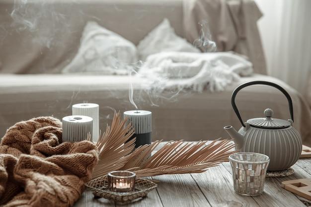 部屋の内部のテーブルにお茶とキャンドルが入ったティーポット。
