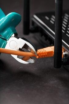 青いワイヤーカッターでの引き裂きと切断ネットワーク接続