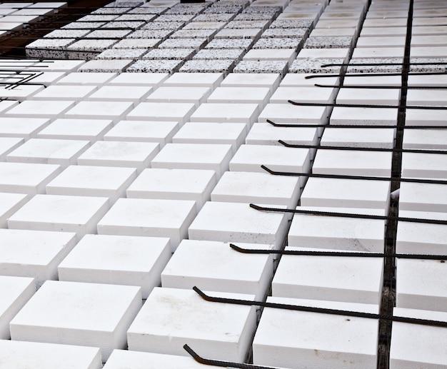 建物の操作の技術的な詳細:床。材料:ポリスチレン、棒鋼、コンクリート