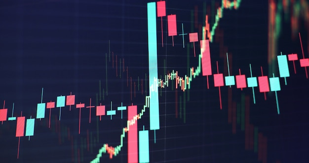 テクニカル価格グラフとインジケーター、青のテーマ画面の赤と緑のローソク足チャート、市場のボラティリティ、上昇傾向と下降傾向。株取引、暗号通貨の背景。