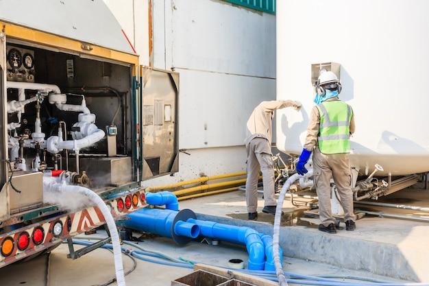 新しい工場で技術者が液体窒素を窒素貯蔵タンクで満たす