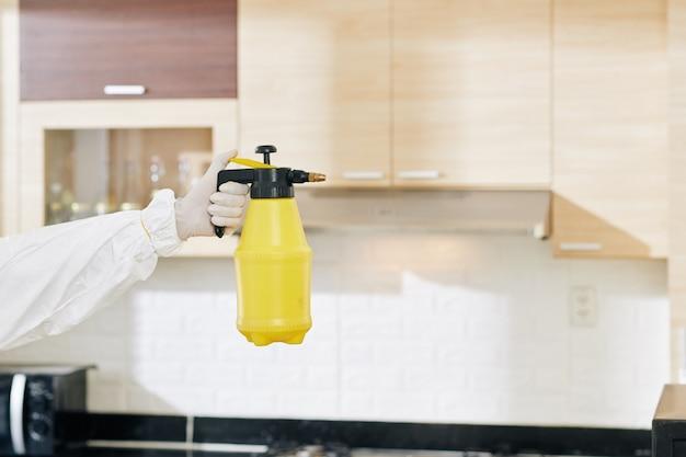 Техник держит бутылку моющего средства