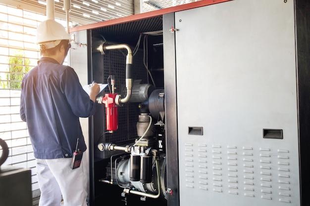 Техник записывает данные напряжение или ток в панели управления электростанций