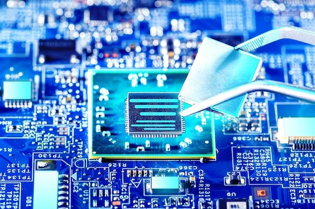 Техник подключает микропроцессор процессора к разъему материнской платы