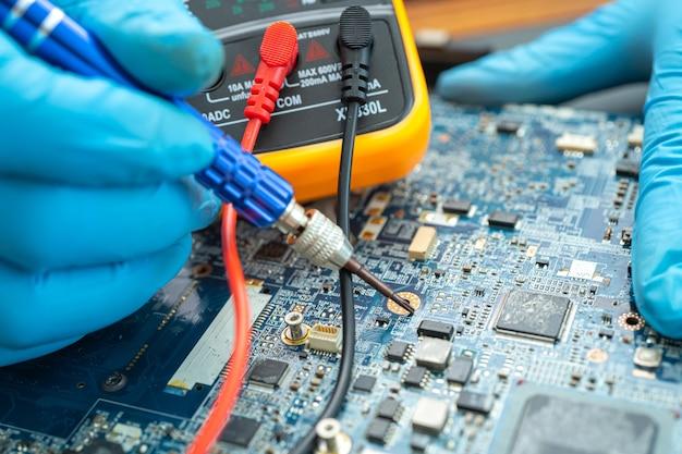 Техник, ремонтирующий жесткий диск с помощью паяльника
