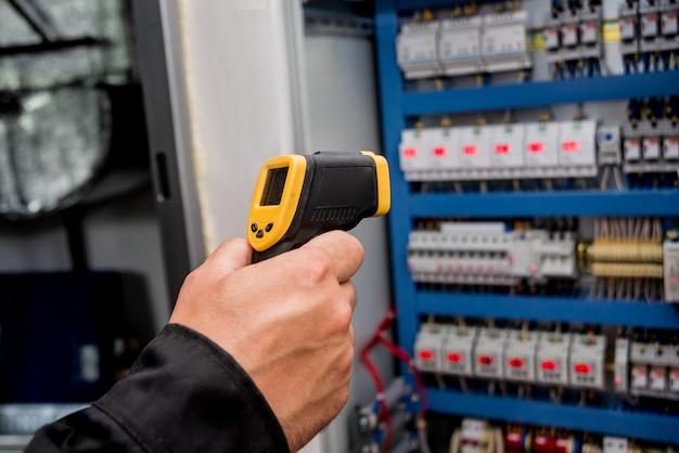 技術者は、赤外線熱画像カメラを使用してヒューズボックスの温度をチェックします