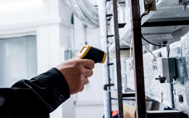 技術者は赤外線サーマルイメージングカメラを使用してヒューズボックスの温度をチェックします