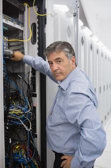 Техник, работающий на серверах данных