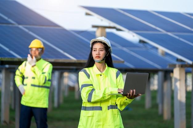 엔지니어와 함께 일하는 기술자는 태양 전지판 분야의 새로운 생태 프로젝트를 계획하고 있습니다.