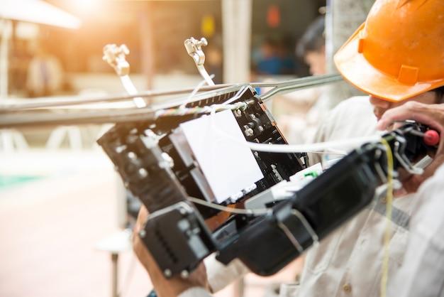 Техники устанавливают карбинет на волоконно-оптическом кабеле