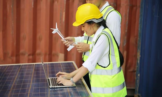 기술자들은 전기를 생산하고 분배하기 위해 패널 태양 전지를 설치합니다. 에너지 기술 개념