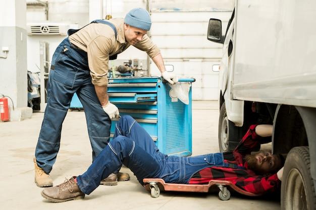 Техники, ремонтирующие грузовик