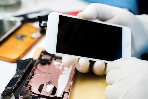 携帯電話を修理する技術者