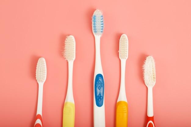細菌やバクテリアの蓄積を減らすために、使用後に歯ブラシとクリーニングブラシを保管するための技術